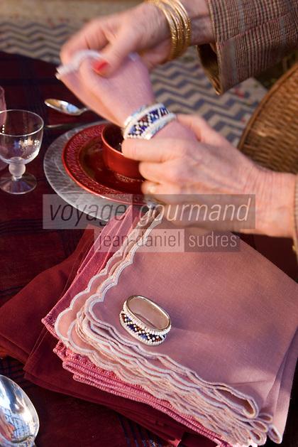 Afrique/Afrique du Nord/Maroc/Rabat: Hotel - Maison d'Hote Villa Mandarine repas dans le patio - Mme Claudie Imbert decore sa table - mettre la table [Non destiné à un usage publicitaire - Not intended for an advertising use]