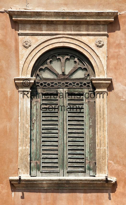 Italy, Veneto, Province Capital Verona: window | Italien, Venetien, Provinzhauptstadt Verona: Fenster
