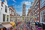 Nederland, Utrecht, 5 juli 2015<br /> Tweede etappe van de Tour de France<br /> Het peloton wielrenners  rijdt door de straten van Utrecht en onder de Dom door. Toeschouwers hangen uit ramen en zitten op daken om hun helden te zien