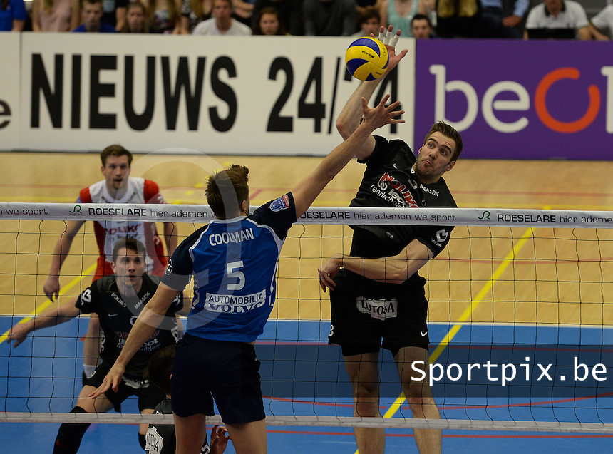 Knack Roeselare - Noliko Maaseik : Tim Broshog (rechts) met de smash tegenover Pieter Coolman (5)<br /> foto VDB / BART VANDENBROUCKE