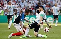 KAZAN - RUSIA, 30-06-2018: Lucas HERNANDEZ (Izq) jugador de Francia disputa el balón con Lionel MESSI (C) (Der) jugador de Argentina durante partido de octavos de final por la Copa Mundial de la FIFA Rusia 2018 jugado en el estadio Kazan Arena en Kazán, Rusia. / Lucas HERNANDEZ (L) player of France fights the ball with Lionel MESSI (C) (R) player of Argentina during match of the round of 16 for the FIFA World Cup Russia 2018 played at Kazan Arena stadium in Kazan, Russia. Photo: VizzorImage / Julian Medina / Cont