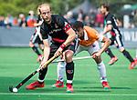 BLOEMENDAAL   - Hockey - Billy Bakker (A'dam) met Glenn Schuurman (Bldaal) . 3e en beslissende  wedstrijd halve finale Play Offs heren. Bloemendaal-Amsterdam (0-3). Amsterdam plaats zich voor de finale.  COPYRIGHT KOEN SUYK