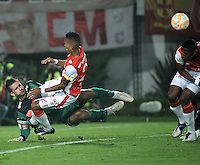 BOGOTA- COLOMBIA – 18-03-2015: Francisco Meza (Der.) jugador del Independiente Santa Fe de Colombia, disputa el balon con Victor (Izq.) portero de Atletico Mineiro de Brasil, durante partido entre Independiente Santa Fe de Colombia y Atletico Mineiro de Brasil, por la segunda fase, grupo 1, de la Copa Bridgestone Libertadores en el estadio Nemesio Camacho El Campin, de la ciudad de Bogota. / Francisco Meza (R) player of Independiente Santa Fe of Colombia, figths for the ball with Victor (L) jugador of Atletico Mineiro of Brasil during a match between Independiente Santa Fe of Colombia and Atletico Mineiro of Brasil for the second phase, group 1, of the Copa Bridgestone Libertadores in the Nemesio Camacho El Campin in Bogota city. Photo: VizzorImage / Luis Ramirez / Staff.