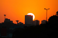 SÃO PAULO-SP-09,10,2014-CLIMA TEMPO SÃO PAULO/PÔR DO SOL - Pôr do Sol visto da Avenida Eusébio Matoso/Largo da Batata,região oeste da cidade de São Paulo,no fim da tarde dessa Quinta-Feira,09 (Foto:Kevin David/Brazil Photo Press)