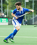 AMSTELVEEN - Lars Balk (Kampong) werkt de bal weg tijdens  de  eerste finalewedstrijd van de play-offs om de landtitel in het Wagener Stadion, tussen Amsterdam en Kampong (1-1). Kampong wint de shoot outs.  . COPYRIGHT KOEN SUYK