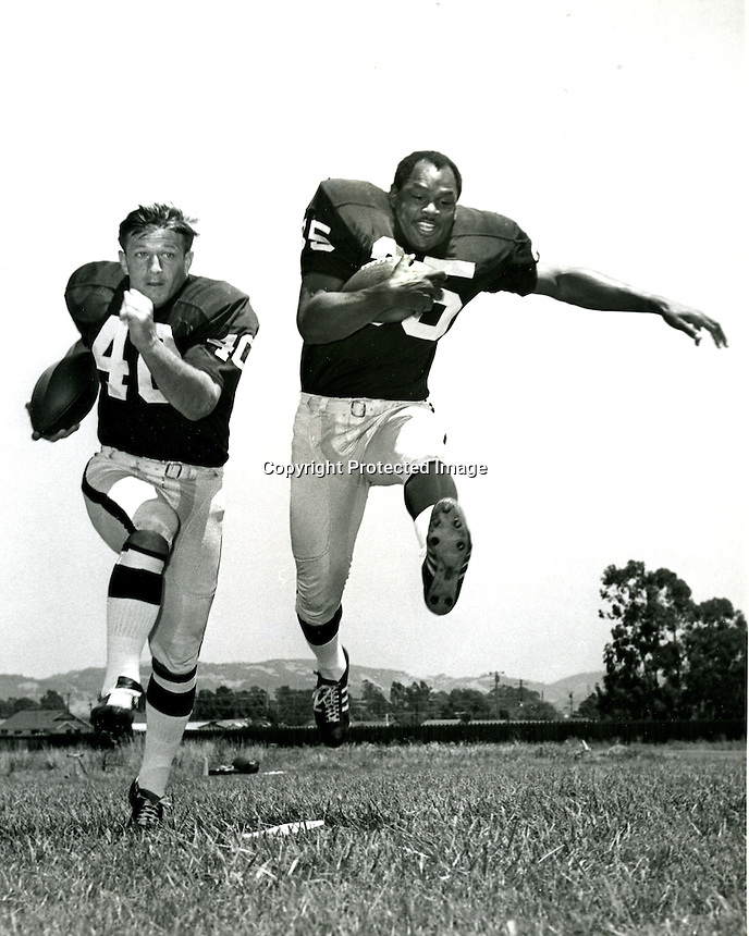 Oakland Raiders running backs Pete Banaszak and Hewritt Dixon. (1968 photo/Ron Riesterer/photoshelter)