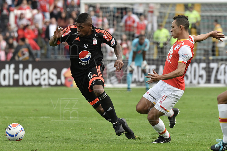BOGOTÁ - COLOMBIA, 05-11-2017: Anderson Plata (Der.) jugador de Santa Fe disputa el balón con Elkin Blanco (Izq.) jugador del America durante el encuentro entre Independiente Santa Fe y America de Cali por la fecha 19 de la Liga Aguila II 2017 jugado en el estadio Nemesio Camacho El Campin de la ciudad de Bogotá. / Anderson Plata (R) player of Santa Fe struggles for the ball with Elkin Blanco (L) player of America during match between Independiente Santa Fe and America de Cali for the date 19 of the Aguila League II 2017 played at the Nemesio Camacho El Campin Stadium in Bogota city. Photo: VizzorImage/ Gabriel Aponte / Staff