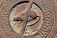 Kanaldeckel in Gudhjem auf der Insel Bornholm, D&auml;nemark, Europa<br /> sewer cover in Gudhhjem, Isle of Bornholm Denmark