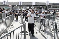 SÃO PAULO,SP,18.05.2014 - MOVIMENTAÇÃO TORCEDORES ARENA CORINTHIANS - Movimentação dos torcedores do Corinthians antes da partida entre Corinthians x Figueirense valido pela 05º rodada do Campeonato Brasileiro no estádio Arena Corinthians na tarde deste domingo (18).(Foto Ale Vianna/Brazil Photo).