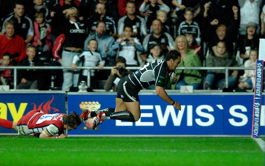 Photo: Richard Lane..Ospreys v Gloucester Rugby. EDF Anglo-Welsh Cup. 29/09/2006. .Ospreys' Sonny Parker breaks for a try.