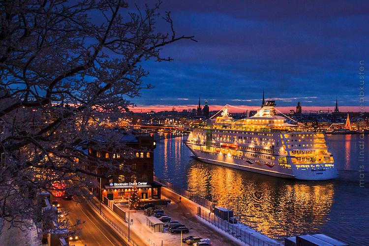 Stockholm Sweden, seascapes in winter. Birka Paradise lägger till vid Stadsgården en snöig vinter vid skymning i Stockholm