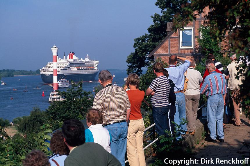 Deutschland, Elbe in Hamburg-Blankenese, Besuch der Queen Mary 2