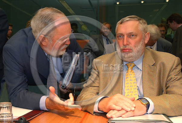 BRUSSELS-BELGIUM - September 29, 2003---Miguel ARIAS CA?ETE (Canete)(le), Spanish Minister for Agriculture, Fisheries and Food, with Franz FISCHLER (ri), EU-Commissioner for Agriculture and Fisheries, at the beginning of the meeting of the Council of the European Union on Agriculture and Fisheries, in the 'Justus Lipsius' - seat of the European Council in Brussels ---Photo: Horst Wagner/eup-images