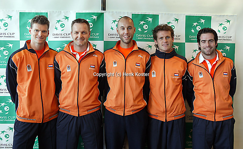 03-03-2005,Swiss,Freibourgh, Davis Cup , Swiss-Netherlands, the Netherlands team bij the draw vlnr: Sjenh Schalken,Coach Tjerk Bogtstra, Peter Wessels, Dennis van Scheppingen en Raemon Sluiter.