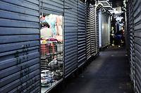 SAO PAULO, SP, 29 de Maio 2013- Comerciantes da feira da madrugada abre as lojas e comeca a reitar mecardoria segundo eles vai ficar algumas mercadoria pra ser vandida feira no Bras em protesto contra o fechamento da feiraFOTO:ADRIANO LIMA / BRAZIL PHOTO PRESS).