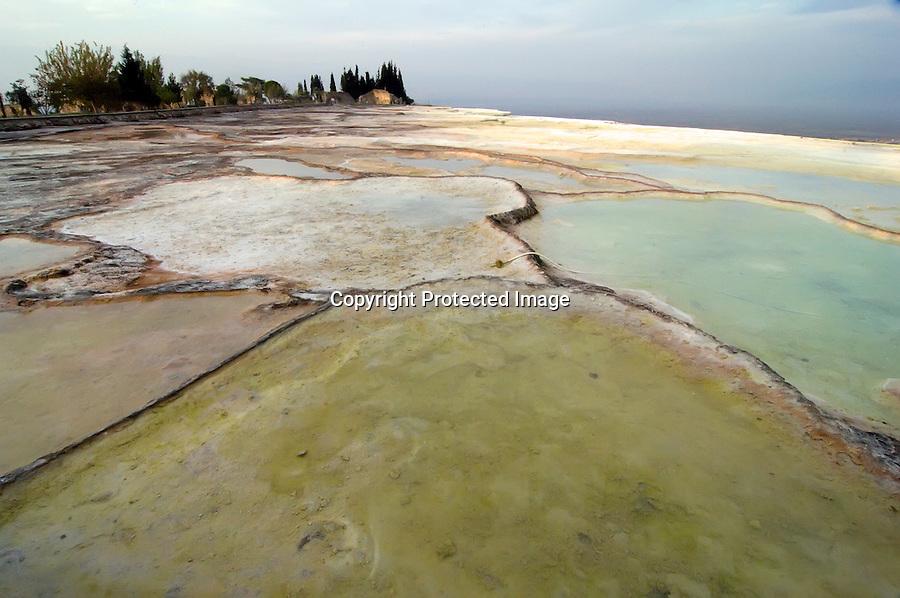 TURQUIA-PAMUKKALE.Piscinas  Travertinas (especie de piscinas calcareas) en la zona de Pamukkale. . foto JOAQUIN GOMEZ SASTRE©