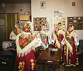 Die Frauen des Dorfes bereiten sich in traditionellen Konstümen auf den Hauptakt der Folklorevorführung vor.