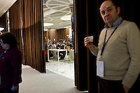 Oltre 5000 giornalisti, provenienti da tutto il mondo, si sono accreditati in Vaticano per seguire l'elezione del nuovo Papa trasformando Piazza San Pietro in un enorme studio televisivo..Giornalisti al Media Centre allestito dal Vaticano per seguire il conclave.