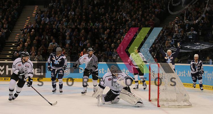 Foto: Das Tor zum 4:2 Torschuetze Jerome Flaake (Hamburg, nicht im Foto) trifft gegen Goalie Tyler Beskorowany (Nuernberg) David Wolf (Hamburg), Michael Davies (Hamburg) und Garrett Festerling (Hamburg) schauen zu beim Spiel in der DEL, Hamburg Freezers (blau) - Nuernberg Ice Tigers (weiss).<br /> <br /> Foto &copy; PIX-Sportfotos *** Foto ist honorarpflichtig! *** Auf Anfrage in hoeherer Qualitaet/Aufloesung. Belegexemplar erbeten. Veroeffentlichung ausschliesslich fuer journalistisch-publizistische Zwecke. For editorial use only.