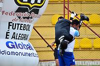 OSASCO,SP, 12.01.2014 - COPA SÃO PAULO DE FUTEBOL JUNIOR - JI-PARANÁ x RIO BRANCO (AC): Assistente Danilo Nogueira se machuca o pé e tem que ser retirado de campo carregado durante partida Ji-Paraná x Rio Branco (AC), válida pela 3ª rodada do grupo X da Copa São Paulo de Futebol Junior, disputada no Estádio Prefeito José Liberatti em Osasco. (Foto: Levi Bianco / Brazil Photo Press)