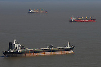 Navios aguardam embarque no porto de Vila do Conde no rio Pará. <br /> Companhia Docas do Pará.<br /> Barcarena, Pará, Brasil<br /> Foto Paulo Santos<br /> 2008
