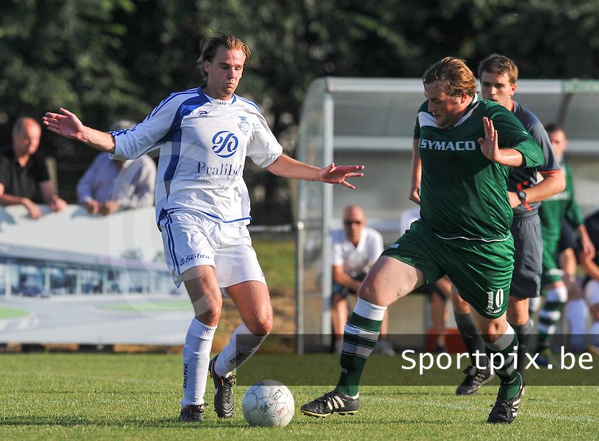 Rekkem Sport - Kuurne : duel om de bal tussen Klaas Vervaeke (links) en Niels Vanneste.foto VDB / BART VANDENBROUCKE