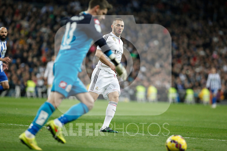 Real Madrid´s Karim Benzema (R) and Deportivo de la Courna´s Fabricio during La Liga match at Santiago Bernabeu stadium in Madrid, Spain. February 14, 2015. (ALTERPHOTOS/Victor Blanco)