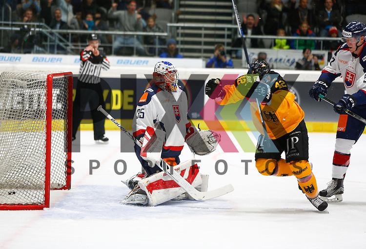 Torjubel nach dem 2:0 bei Yasin EHLIZ (Deutschland, nicht der Torsch&uuml;tze), Samuel BAROS (Torwart SVK),<br /> <br /> Eishockey, Deutschland-Cup 2015, Augsburg, Deutschland vs. Slowakei, 07.11.2015,<br /> <br /> Foto &copy; PIX-Sportfotos *** Foto ist honorarpflichtig! *** Auf Anfrage in hoeherer Qualitaet/Aufloesung. Belegexemplar erbeten. Veroeffentlichung ausschliesslich fuer journalistisch-publizistische Zwecke. For editorial use only.