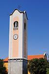 Pfarrkirche des Heiligen Apollinaris; Dubasnica parish church of St. Apollinaire in Bogovici, Malinska, Krk Island, Dalmatia, Croatia. Insel Krk, Dalmatien, Kroatien. Krk is a Croatian island in the northern Adriatic Sea, located near Rijeka in the Bay of Kvarner and part of the Primorje-Gorski Kotar county. Krk ist mit 405,22 qkm nach Cres die zweitgroesste Insel in der Adria. Sie gehoert zu Kroatien und liegt in der Kvarner-Bucht suedoestlich von Rijeka.