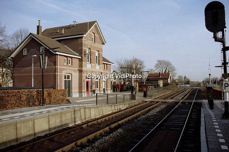 Foto: VidiPhoto.ZETTEN - Het eenvoudige station in Zetten-Andelst (Midden Betuwe) bestond gisteren (29-12) precies 100 jaar. Een eeuw geleden werd het gebouw op bescheiden wijze geopend, omdat enkele weken daarvoor drie arbeiders gewond raakten bij de bouw van het station. Ook gisteren werd er nauwelijks aandacht besteed aan het 100-jarig bestaan. Vorig jaar juni verloor Zetten-Andelst haar loketfunctie. Het station ligt op de route Tiel-Elst.