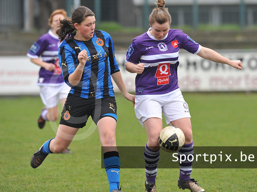 Dames Club Brugge - Beerschot AD : duel tussen Annelies Van Den Bergh (rechts) en Sofie Huyghebaert.foto DAVID CATRY / Vrouwenteam.be