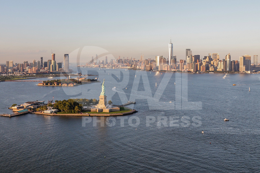 NOVA YORK, EUA, 17.09.2018 - CIDADE-NOVA YORK - Vista aerea da Estatua da Liberdade de do One World na cidade de Nova York nos Estados Unidos(Foto: Vanessa Carvalho/Brazil Photo Press)