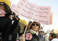 """Roma, 8 Marzo 2011. Scalinata del Campidoglio, flash mob con oche di cartone.Manifestazione """"se non ora quando?""""per la dignità delle donne.Sveglia si starnazza tutte! è lo slogan delle donne in piazza. La scrittrice.Lidia Ravera con un cartello che dice: nè strega ne bigotta, nè barbie nè mignotta. nè racchia nè bbona una donna è una persona"""