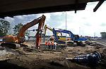 EVERDINGEN - Bij Everdingen zijn slopers midden op de snelweg A2 begonnen met het verwijderen van een duiker en dé fileveroorzaker van Nederland, waterkering Diefdijk. Vanwege de verbreding van de snelweg A2 wordt in opdracht van Rijkswaterstaat, eerst de smalle betonnen kering verwijderd die met stalen schuiven overstromingen in de Tielerwaard moet tegenhouden. Als voorbereiding heeft bouwcombinatie A2 Zuid daarom de afgelopen maanden een nieuwe breed viaduct aangelegd waardoor het verkeer omgeleid wordt. Tevens zijn zware betonnen drempels aangelegd waarop over enkele maanden de nieuwe schuiven als proef zullen worden opgezet. Dit kleine smalle, anderhalve kilometer lange tracé tussen Everdingen en Culemborg telde vorig jaar 255 files en stond daarom onaangetast in de file top tien. Bouwcombinatie A2 Zuid bestaat uit KWS, Mourik en DHV. COPYRIGHT TON BORSBOOM
