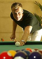 20030604, Paris, Tennis, Roland Garros, Martin Verkerk ontspant zich met een potje pool voor de grote partij tegen Coria