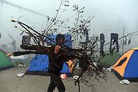 GRIECHENLAND, 08.03.2016, Idomeni. Internationale Fluechtlingskrise auf der Balkanroute: Fluechtlinge und Migranten sind in provisorischen Zeltlagern gefangen vor der geschlossenen Grenze zu Mazedonien. Beschaffen von Feuerholz. | International refugee crisis on the Balkan route: Refugees and migrants are trapped in makeshift tent-camps on the closed border to Macedonia. Getting firewood.<br /> © Tomislav Georgiev/EST&OST