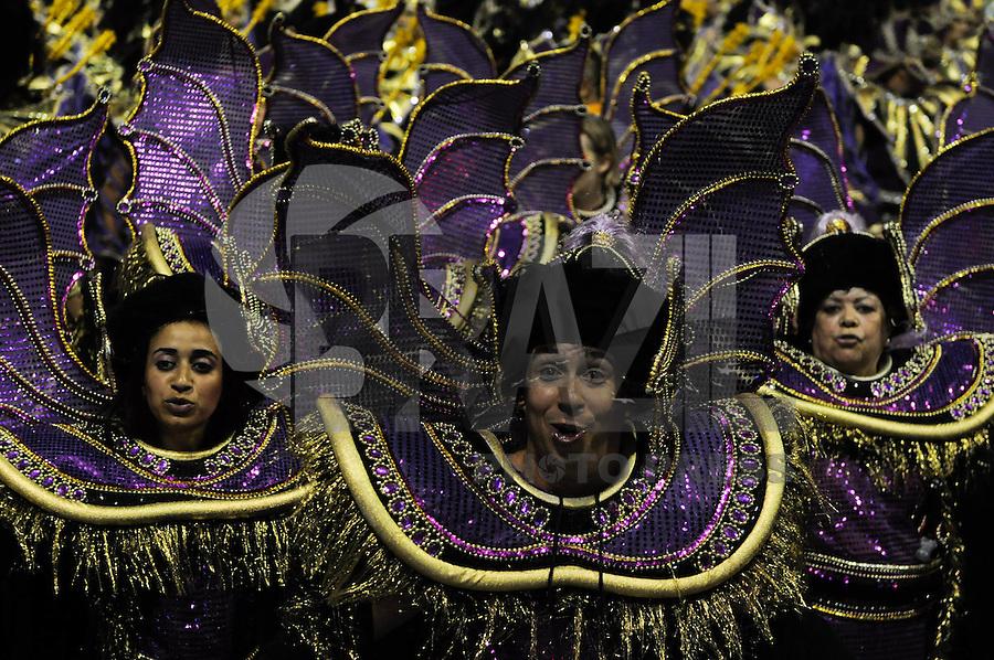 SAO PAULO, SP, 25 DE FEVEREIRO 2012 - DESFILE DAS CAMPEÃS DO CARNAVAL SP - ROSAS DE OURO: Integrante da escola de samba Rosas de Ouro no desfile das Campeãs do Carnaval 2012 de São Paulo, no Sambódromo do Anhembi, na zona norte da cidade, neste sábado.(FOTO: LEVI BIANCO - BRAZIL PHOTO PRESS).