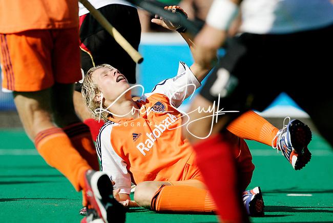 TERRASSA - Nick Meijer wordt ondersteboven gelopen, zondag tijdens de Champions Trophy finale Nederland-Duitsland (2-1) in Terrassa, Spanje. ANP PHOTO KOEN SUYK