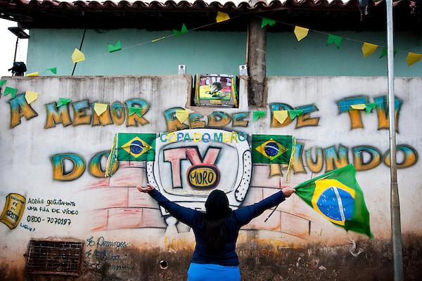 Sabara_MG, Brasil...TV Muro transmite ao vivo jogos da selecao brasileira na Copa do Mundo de futebol 2010 em Sabara, Minas Gerais...Wall TV live broadcasts the Brazil matches in the World Cup football 2010 in Sabara, Minas Gerais...Foto: NIDIN SANCHES / NITRO