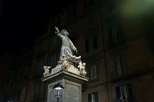 Naples, Italie, Spet 2015. Statue religieuse illuminee par les lampadaires.
