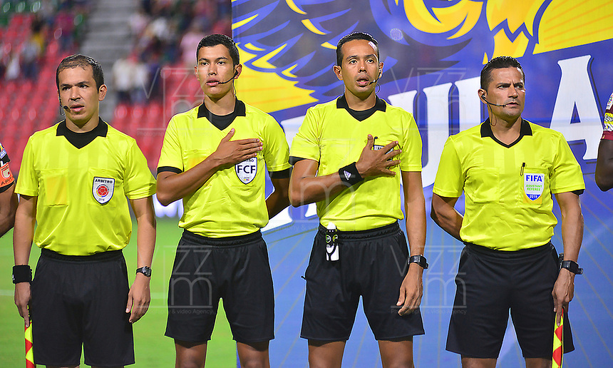 IBAGUE - COLOMBIA, 04-08-2019: Eder Vargas, árbitro central, con Dionisio Ruiz, Jorge Alvarez y Juan Roldan árbitros asistentes previo al partido entre Deportes Tolima e Independiente Santa Fe por la fecha 4 de la Liga Águila II 2019 jugado en el estadio Manuel Murillo Toro de la ciudad de Ibagué. / Eder Vargas, central referee, with Dionisio Ruiz, Jorge Álvarez and Juan Roldán assistant referees prior the match between Deportes Tolima and Independiente Santa Fe for the date 4 as part of Aguila League II 2019 played at Manuel Murillo Toro stadium in Ibague. Photo: VizzorImage / Juan Carlos Escobar / Cont