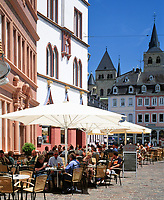 Deutschland, Rheinland Pfalz, Trier: Straßencafe am Hauptmarkt im Hintergrund der Dom | Germany, Rhineland-Palatinate, Trier: sidewalk cafe at Hauptmarkt square, background the Cathedral