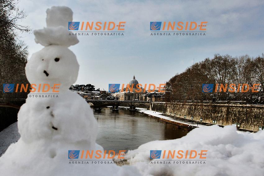 Un pupazzo di neve sul ponte Umberto Primo, sullo sfondo la Cupola di San Pietro.Roma 04/02/2012 Neve a Roma.Foto Insidefoto Serena Cremaschi