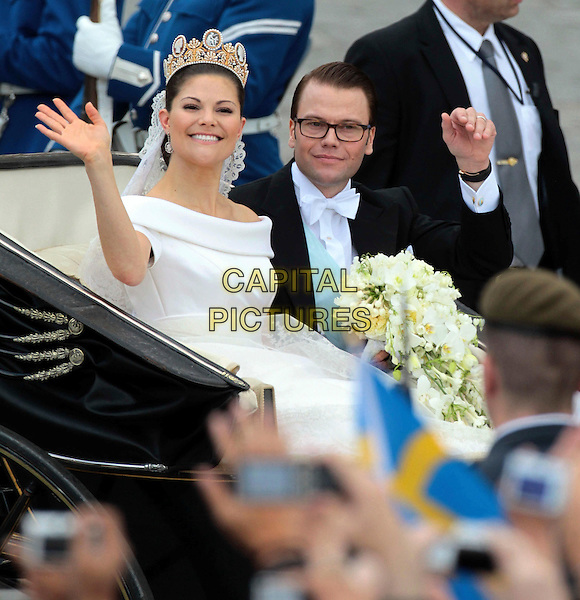 Crown Princess Victoria of Sweden, Duke of Västergötland husband Prince Daniel, wedding of Victoria of Sweden and Daniel Westling, Cathedral of Stockholm, Stockholm Cathedral, Stockholm, Sweden, 19 June 2010  .royals royalty full length wedding white dress carriage waving .CAP/PPG/WS.©Willi Schneider/People Picture/Capital Pictures