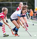 AMSTELVEEN - Carmel Bosch (Hurley) met Mila Muyselaar (HDM)   .Hoofdklasse competitie dames, Hurley-HDM (2-0) . FOTO KOEN SUYK