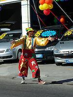 RIO DE JANEIRO, RJ, 26 DE MAIO 2012 - REDUÇÃO IPI - Apos o ministro da Fazenda, Guido Mantega, anunciar redução do IPI (Imposto sobre Produtos Industrializados)  comerciantes chamam atencao do publico com ações promocionais na cidade do Rio de Janeiro nesse sabado. FOTO: ARION MARINHO/BRAZIL PHOTO PRESS