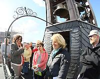 Führerin Annette Hochberg (TU Darmstadt) erklärt der Besuchergruppe auf dem Glockenturm im Residenzschloss das Glockenspiel