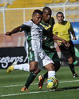BOGOTA - COLOMBIA-04-05-2013: Wilson Morelo (Izq.) jugador de La Equidad, lucha por el balón con Eduar Zea (Der.) durante partido en el estadio De Techo de la ciudad de Bogota, abril mayo 4 de 2013. La Equidad y Deportes Quindio durante partido por la decimocuarta fecha de la Liga Postobon I. (Foto: VizzorImage / Luis Ramirez / Staff). Wilson Morelo (R) jugador de La Equidad fights for the ball with Eduar Zea (L) during game in the Techo stadium in Bogota City, May 4, 2013, during match for the fourtenth round of the Postobon League I. (Photo: VizzorImage / Luis Ramirez / Staff)..