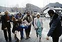 Turquie 1991.Les réfugiés kurdes sur la frontière recevant une première aide.Turkey 19991.Kurdish refugees on the border