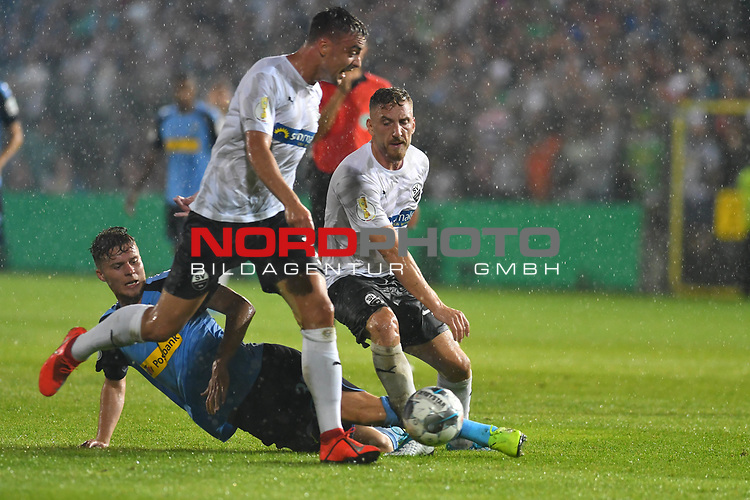09.08.2019, BWT-Stadion am Hardtwald, Sandhausen, GER, DFB Pokal, 1. Runde, SV Sandhausen vs. Borussia Moenchengladbach, <br /> <br /> DFL REGULATIONS PROHIBIT ANY USE OF PHOTOGRAPHS AS IMAGE SEQUENCES AND/OR QUASI-VIDEO.<br /> <br /> im Bild: Nico Elvedi (Borussia Moenchengladbach #30) begen Robin Scheu (#27, SV Sandhausen) und Philipp Förster / Foerster / Forster (SV Sandhausen #28)<br /> <br /> <br /> Foto © nordphoto / Fabisch